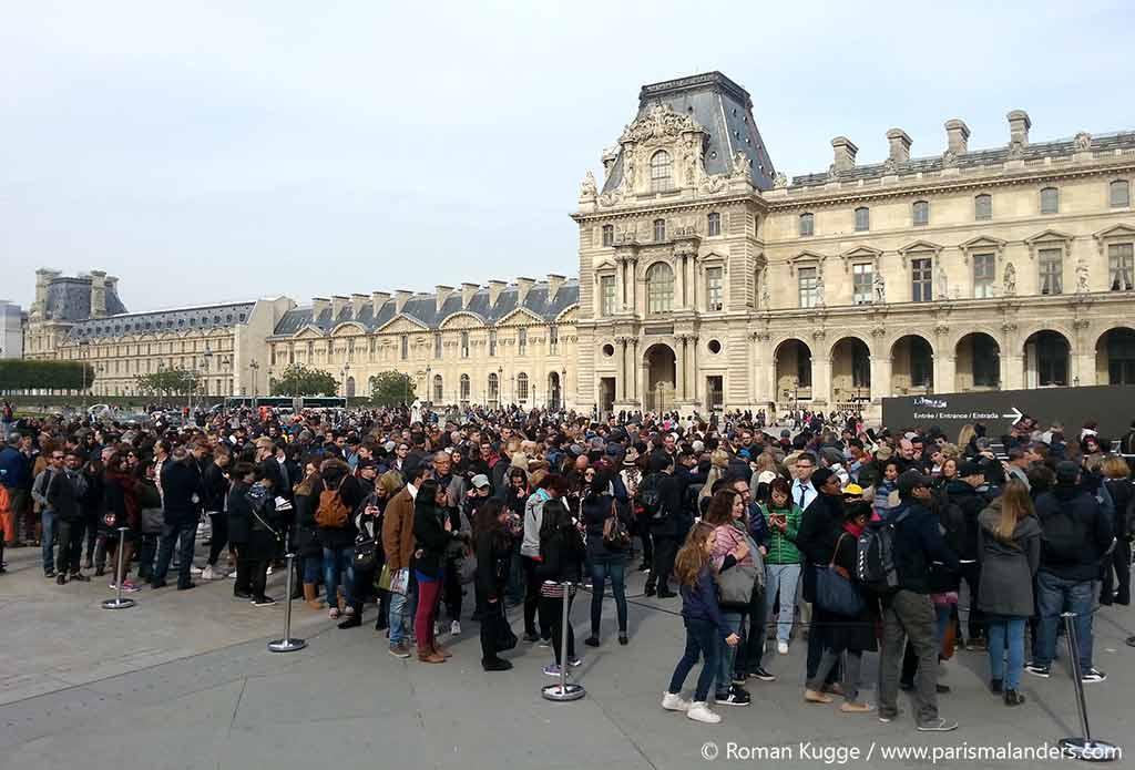 Wartezeiten Warteschlangen Anstehen am Louvre in Paris