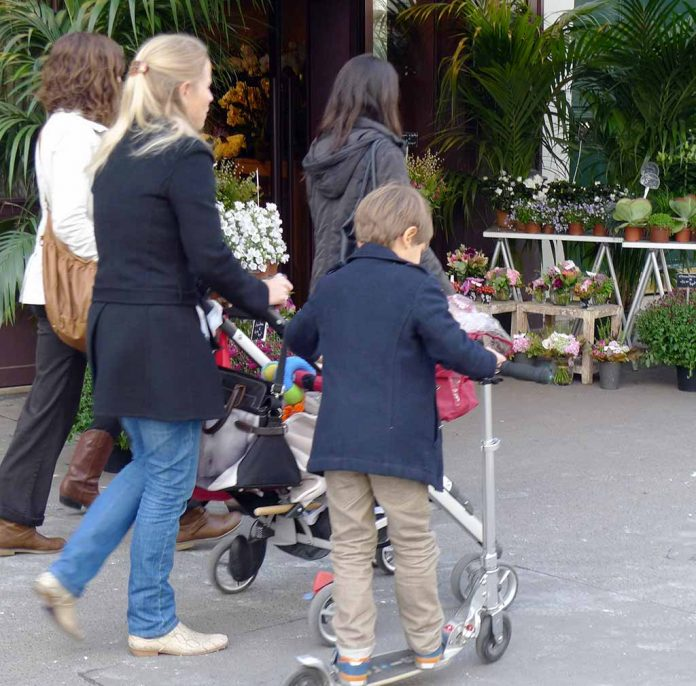 Paris mit Kinderwagen Buggy Kindertrage