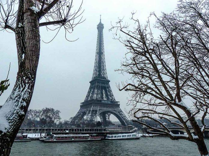 Paris im Januar Eiffelturm Schnee