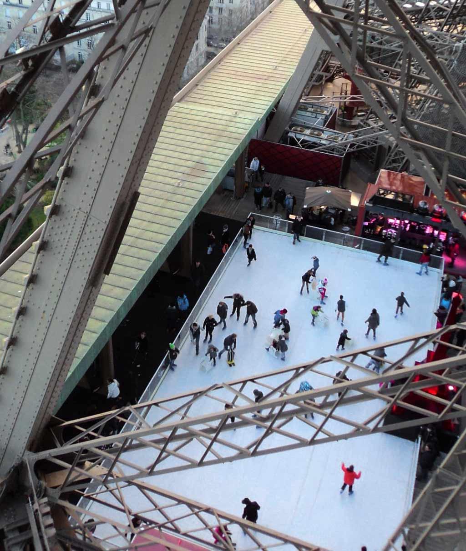 Auf dem Eiffelturm Schlittschuhlaufen