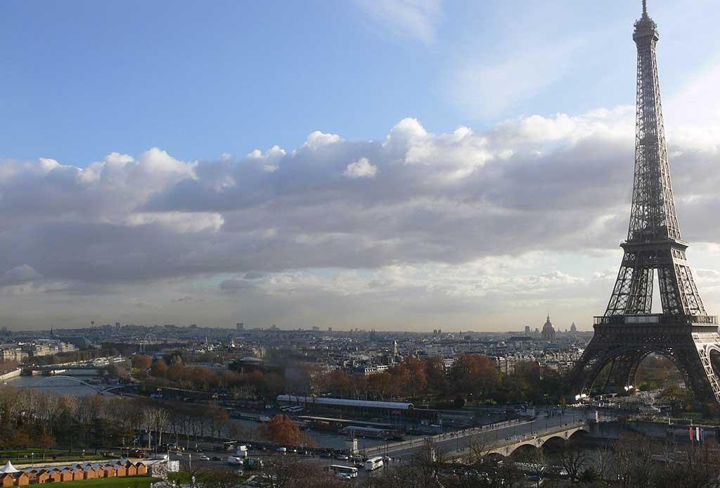 Blick auf den Eiffelturm vom Palais Chaillot Musée de l'Homme in Paris