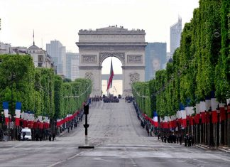 8 Mai Champs-Elysees Feiertag Triumphbogen Zeremonie
