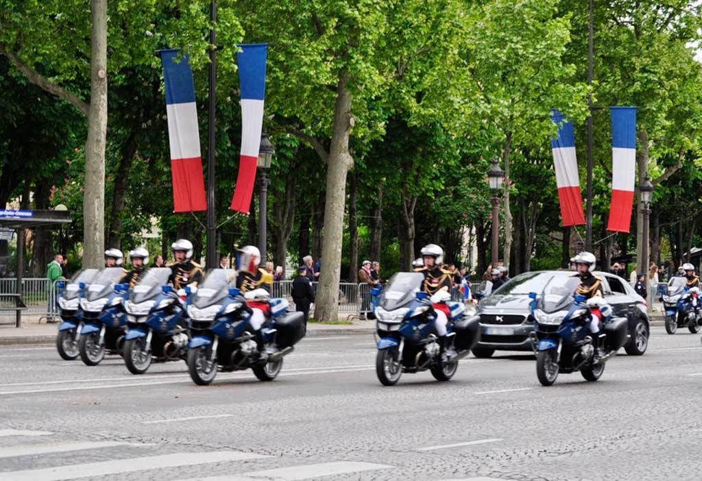 Französischer Präsident 8 Mai Triumphbogen Paris Kranzniederlegung