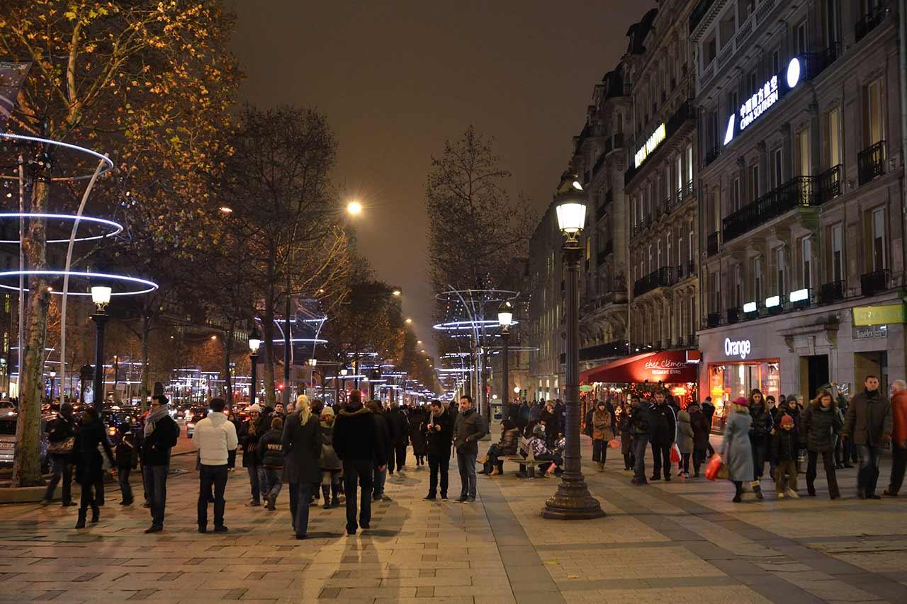 Champs Elysees nachts Paris