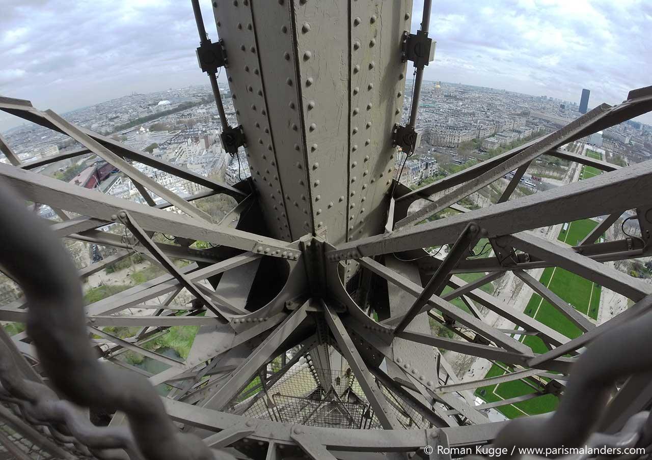 Eiffelturm Konstruktion von den Treppen aus