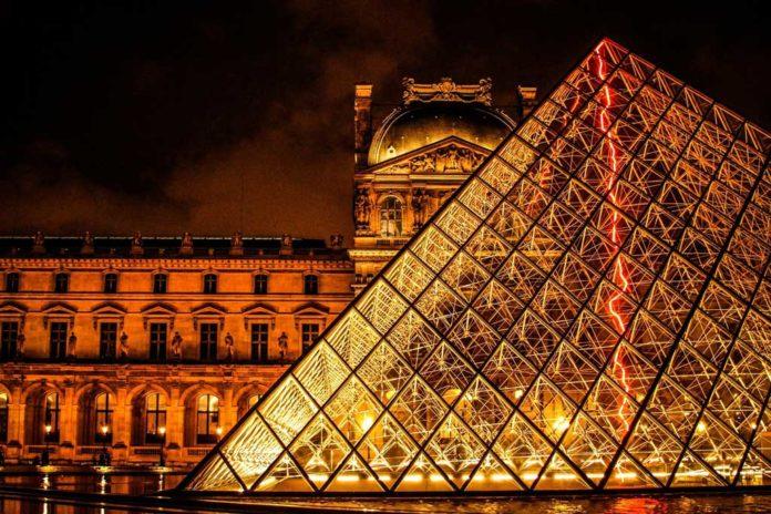 Louvre Nachts
